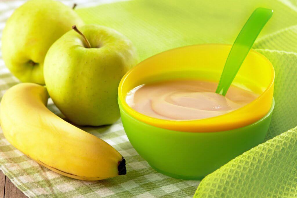 Papilla de frutas para bebés con manzana, plátano y pera