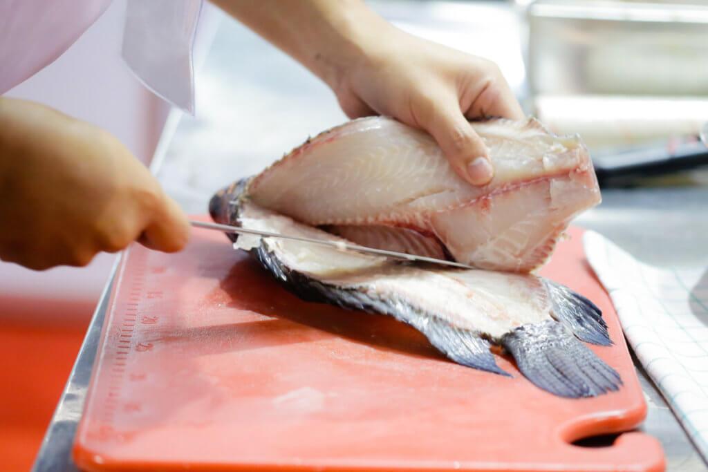 Preparando lomos de pescado limpios de espinas para el bebé