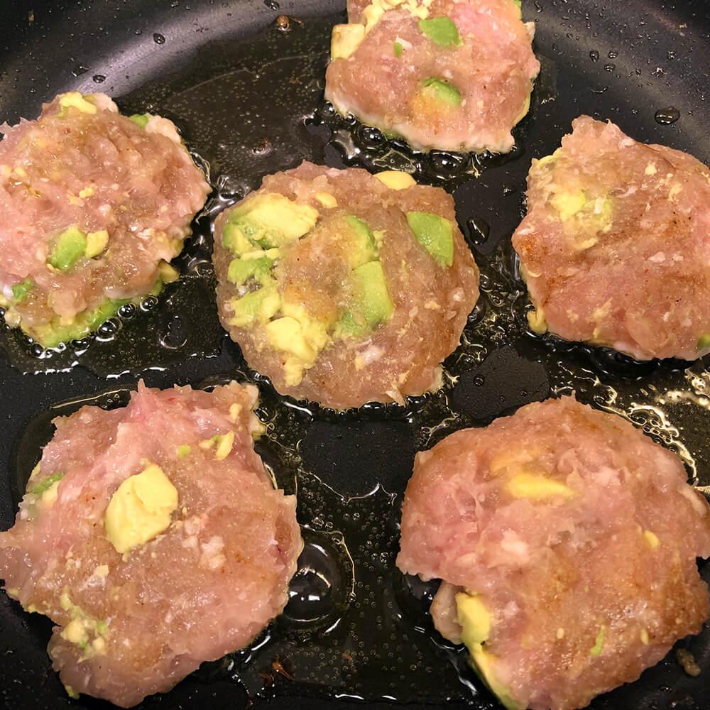 Receta de hamburguesas de pollo con aguacate para bebés - Sartén