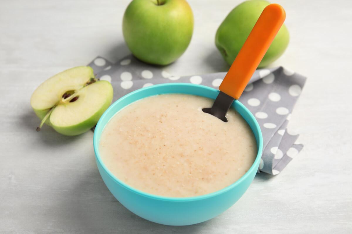 Receta de gachas de avena y manzana para bebés