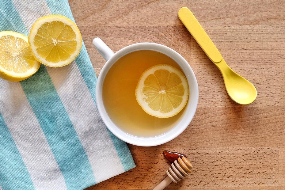 Bebida de miel y limón para aliviar el resfriado