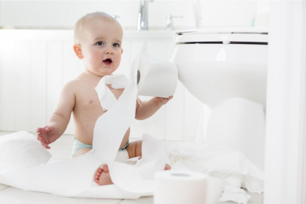Bebé en el cuarto de baño