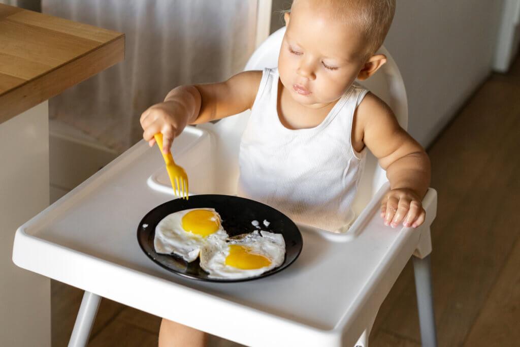Bebé comiendo huevos