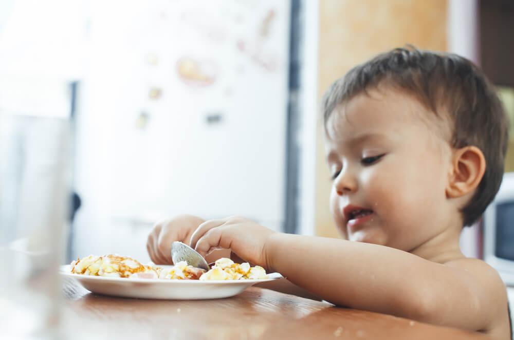 Bebé comiendo tortilla de huevo